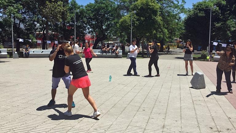 Boxaren Isis Mascareña lär ut kvinnor och flickor hur de ska försvara sig ifall de blir antastade.