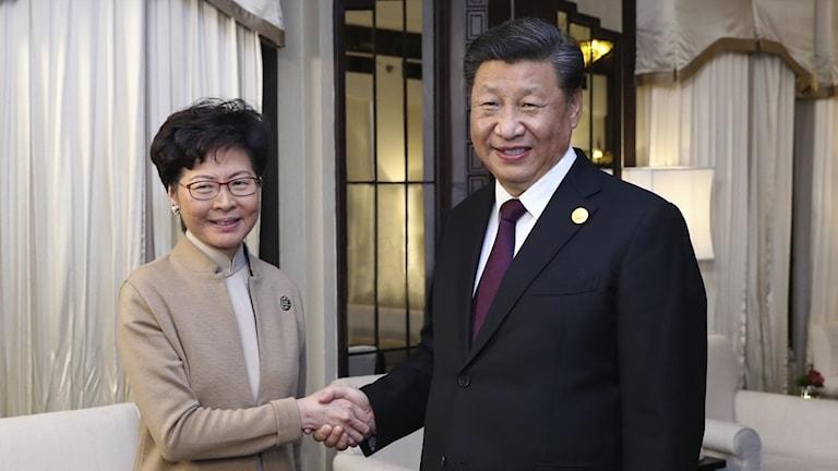 Hong Kongs chefsminister Carrie Lam och Kinas president Xi Jinping.