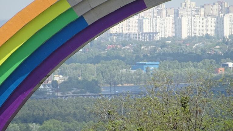 Det var en vänskapssymbol, men det tog kriget död på, regnbågsfärgerna skulle bevisa Ukrainas mångfald, men det tillät inte homofoberna.
