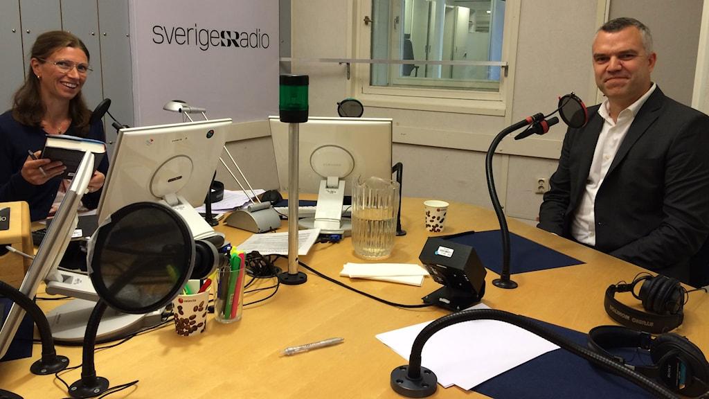 Författaren Erik Lewin tillsammans med Erika Mårtensson i P1-morgons studio.