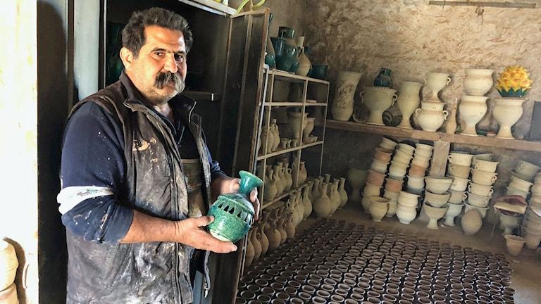Krukmakaren i Irak, som hotats av shiamilis som klottrat på hans krukmakeri.