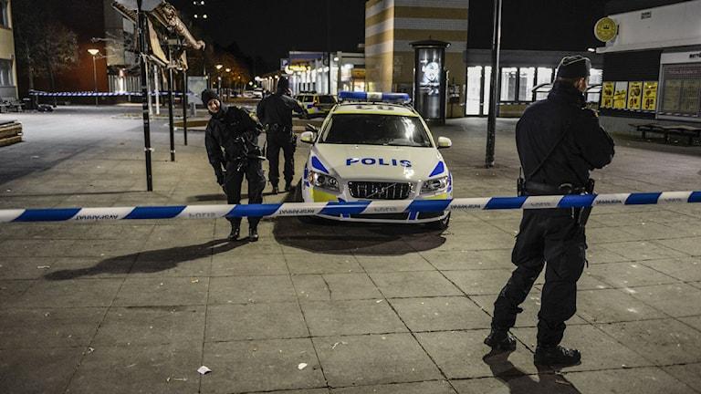 Polisen på plats vid Tenstagången i Stockholmsförorten Tensta sedan fyra män skjutits och förts till sjukhus på söndagskvällen. Foto: Pontus Lundahl/TT.