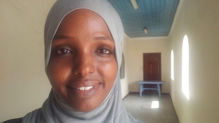 """30-åriga Sumaya Elmi tycker att valet i Somalia är ett steg framåt även om det är komplicerat och få får rösta. """"Det är en testperiod fram till nästa val"""", säger hon. Foto: Richard Myrenberg/SR"""