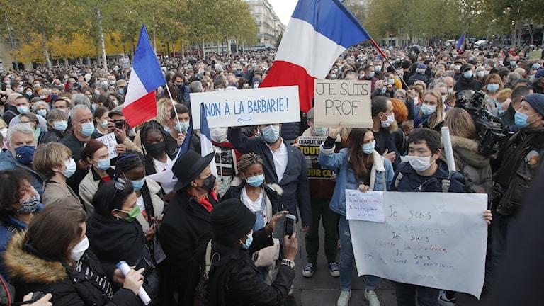 """Demonstranter vid Place de la Republique i Paris på söndagen. Många bär skyltar med budskapet """"je suis prof"""" – """"jag är lärare""""."""