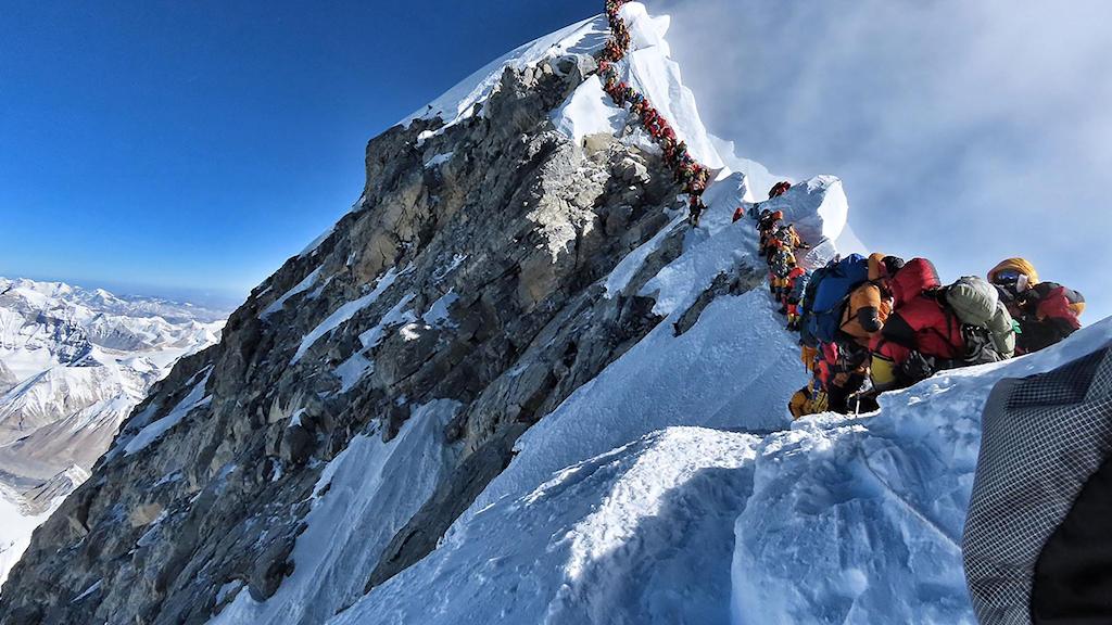Människor i kö för att klättra på Mount Everest.
