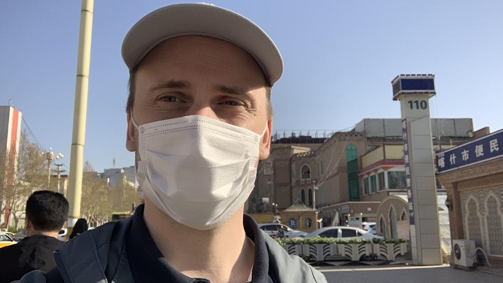 Vår Kinakorrespondent Björn Djurberg i centrala Kashgar, utanför en av de väldigt talrika polisstationerna.