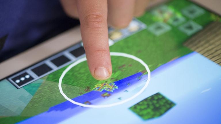 Ett barn spelar datorspelet Minecraft online på sin surfplatta Foto: Fredrik Sandberg/TT
