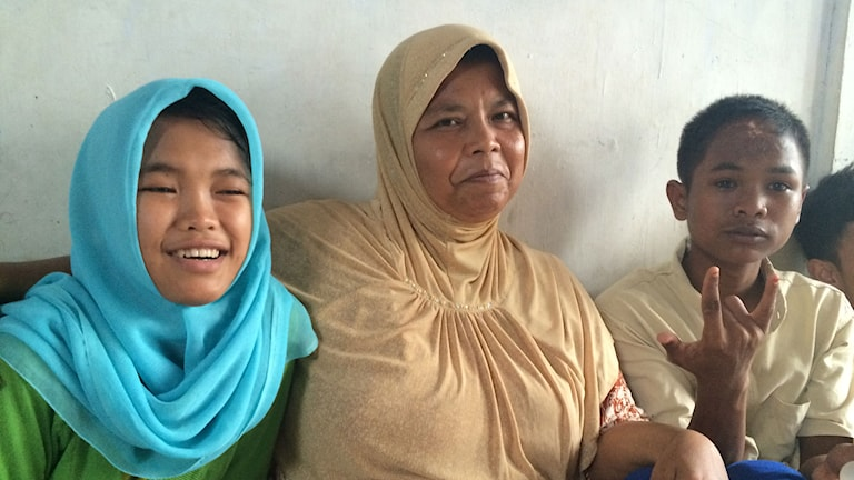 Raudah, mamma Lia och Arif lyckligt återförenade. Foto: Margita Boström/Sveriges Radio