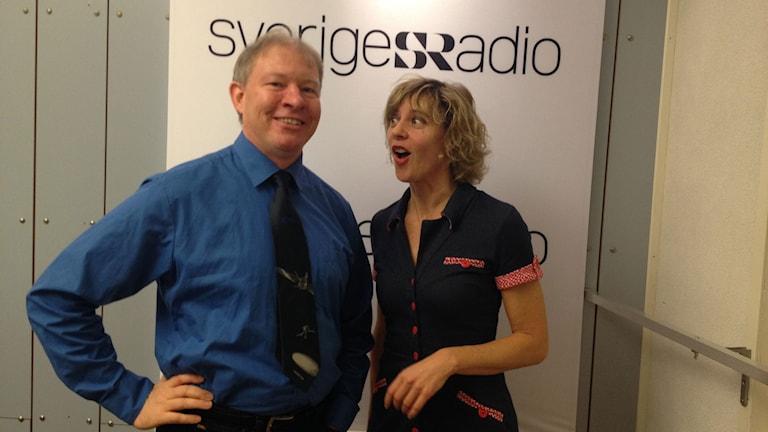 Anders Eriksson, rymdforskare, står tillsammans med programledare Kathrine Zimmerman i studion. På slipsen har han rymdsonden Rosetta. Foto: Lotta Karlsmark/Sveriges Radio.