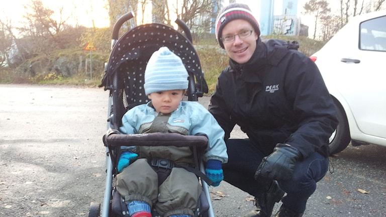 Pappa Anders Frick med sonen Nils som sitter i vagn.