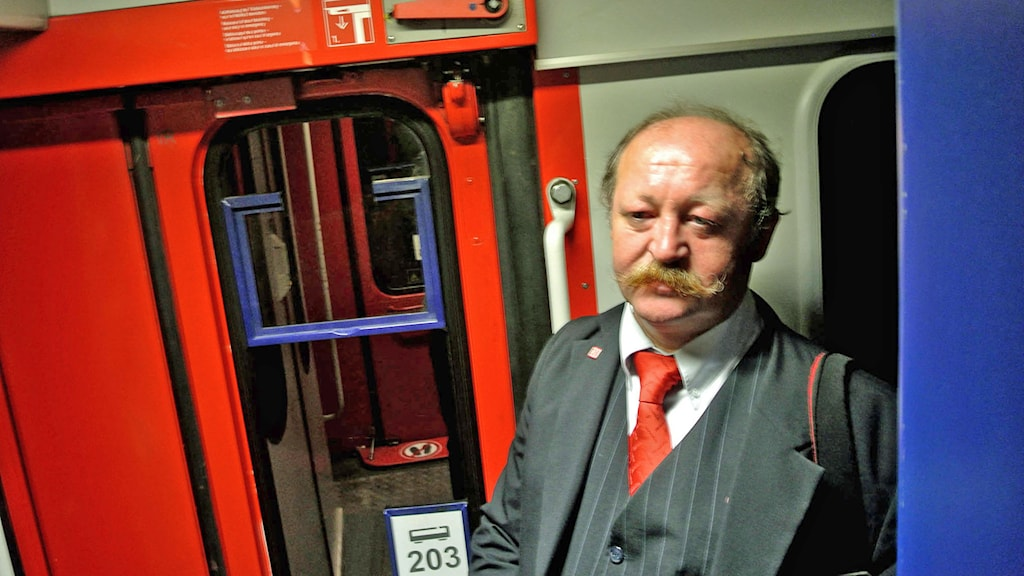 """Konduktören Adnan Gök har jobbat på DB:s nattåg i 33 år. """"Det är mycket vemod i dag"""", säger han. Foto: Pontus Ahlkvist/Sveriges Radio"""