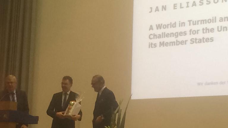 Jan Eliasson får blommor i Berlin efter sitt tal. Foto: Daniel Alling/Sveriges Radio.