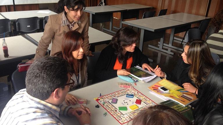 Läraren Liliane Escobar undervisar i Quechua på statliga myndigheter och företag i Bolivia. Foto: Lotten Collin/Sveriges Radio