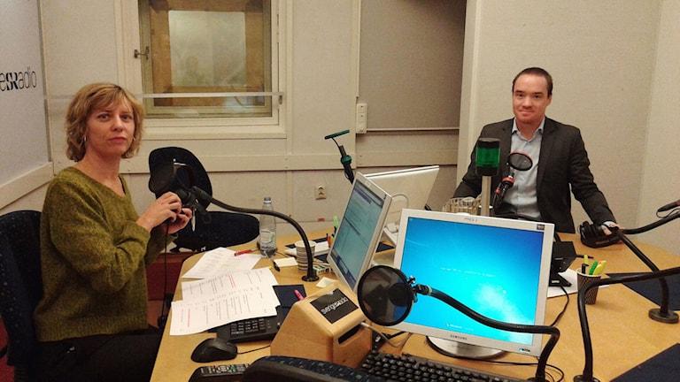 P1-morgons programledare Katherine Zimmerman och Kent Ekeroth, rättspolitisk talesperson för Sverigedemokraterna i studion. Foto: Lena Wiktorin/Sveriges Radio