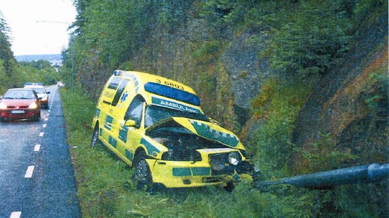 Ambulans har kört av vägen och krockat med en stolpe. Motorhuven har blivit mycket bucklig. Foto: Joel Wendle/Sveriges Radio