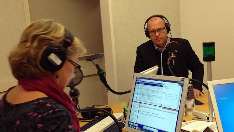 Johan Lindholm, ordförande för svenska Byggarbetareförbundet sitter i studion i Radiohuset. Foto: Lotta Karlsmark/Sveriges Radio