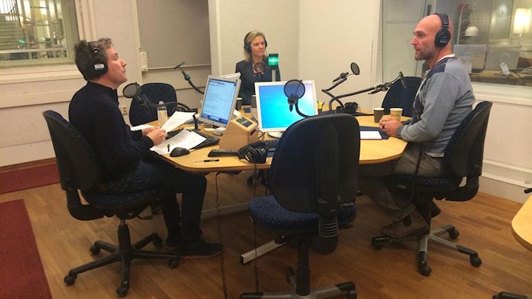 Programledaren Håkan Widman intervjuar finansminister Magdalena Andersson(S) och Joachim Dyfvermark, reporter på Uppdrag granskning.