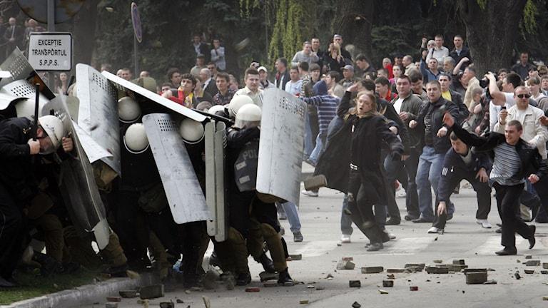 Protester efter söndagens val i Moldavien. Demonstranter försökte under en våldsam demonstration att storma presidentpalatset. Foto: John McConnico/TT