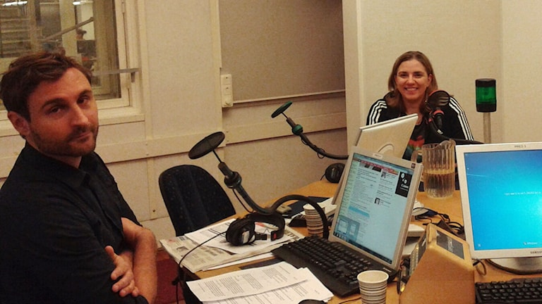 Programledare Johar Bendjellou och Piratpartiets avgående partiledare Anna Troberg i studion. Foto: Lena Wiktorin/Sveriges Radio