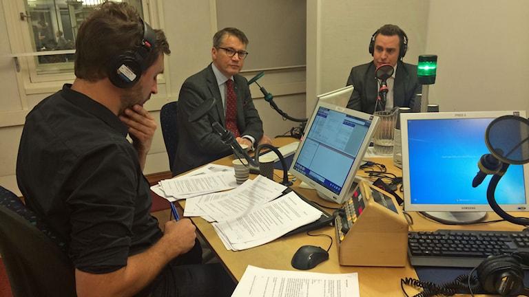 Programledaren Johar Bendjelloul intervjuar Göran Hägglund och Tomas Tobé iP1-morgon. Foto: Hanne-Li Lundmark/Sveriges Radio.