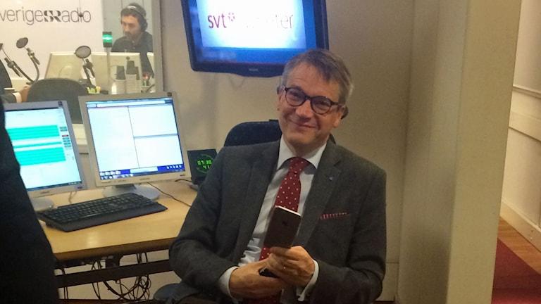 Göran Hägglund gör sig redo för sändning. Foto: Hanne-Li Lundmark/Sveriges Radio.