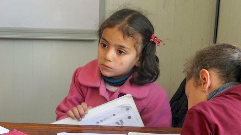 Fatima, 5 år vid bänk i skolan. Foto: Katja Magnusson/Sveriges Radio