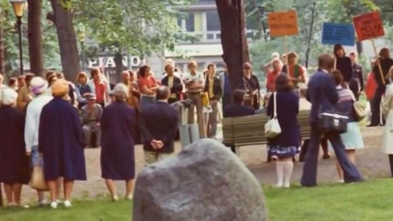 Gamla kyrkogården i Helsingfors 1974. Första demonstrationen för homosexuellas rättigheter. Foto: YLE arkiv