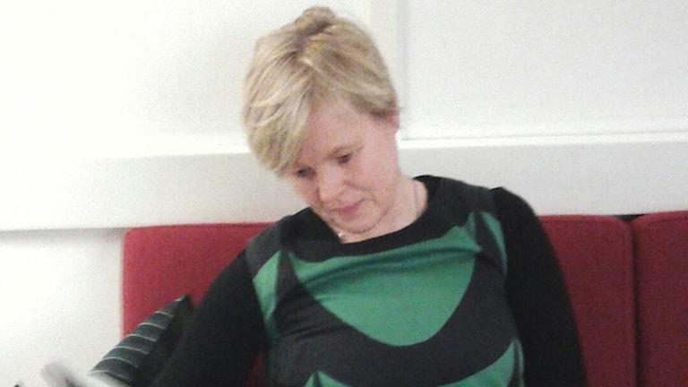 Ann-Cathrine Jungar, statsvetare vid Södertörns högskola innan intervjun i studion. Hon sitter i soffan. Foto: Lena Wiktorin/Sveriges Radio