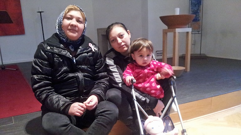 Luminita och Daniela är båda romer från Rumänien, som försörjer sig i Göteborg genom att sälja gatutidningen Faktum. Danielas dotter Rahela är ofta på Göteborgs räddningsmissions öppna förskola på dagarna. Foto: Joel Wendle/Sveriges Radio