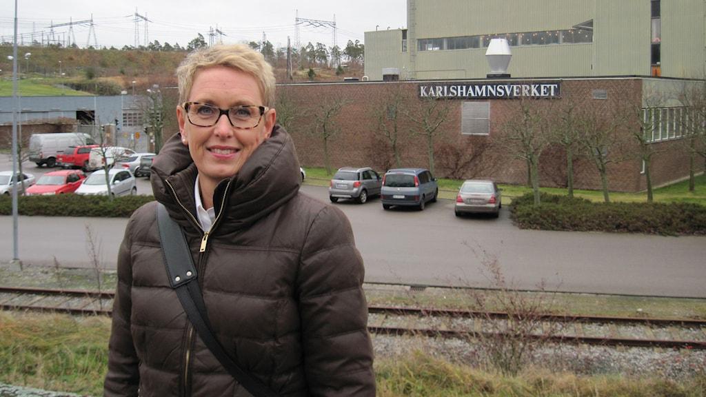 Jessica Krook  framför kraftverket.
