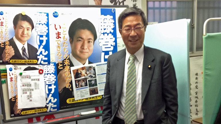 Om fem år kommer räntorna att stiga på japanska statspapper och situationen bli ohållbar för den japanska staten, säger Takeshi Fukimaki, en av Japans mest kända ekonomer och numera också politiker. Han står i en vallokal. Foto: Kristian Åström/Sveriges Radio