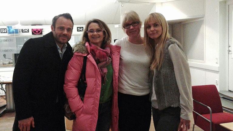 David Hellenius, Suzannne Reuter, programledare Anna-Karin Sivberg och Izabella Scorupco. De står i kotrollrummet. Foto: Charlotte Kärnerud/Sveriges Radio