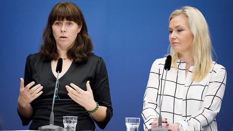 Klimat- och miljöminister Åsa Romson och infrastrukturminister Anna Johansson håller pressträff på Rosenbad. Foto: Jessica Gow/TT