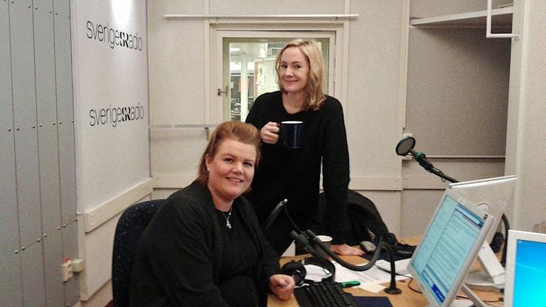 Linda Thulin, programledare och Lina Thomsgård, som startade Rättviseförmedlingen. De är i studion.Foto: Lena Wiktorin/Sveriges Radio