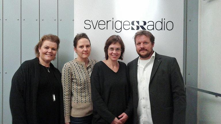 Linda Thulin, programledare, Karin Lundbäck, ekonomireporter, Lova Olsson, politisk reporter och Johan-Mathias Sommarström, utrikesreporter i studion. Foto: Lena Wiktorin/Sveriges Radio