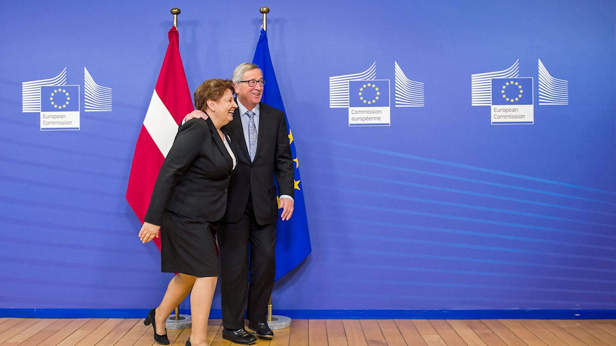EU-kommisionens ordförande Jean-Claude Juncker välkomnar Lettlands premiärminister Laimdota Straujuma till ett möte inför Lettlands övertagande av ordförandeskapet i EU. Han håller armen om henne. Foto: AP