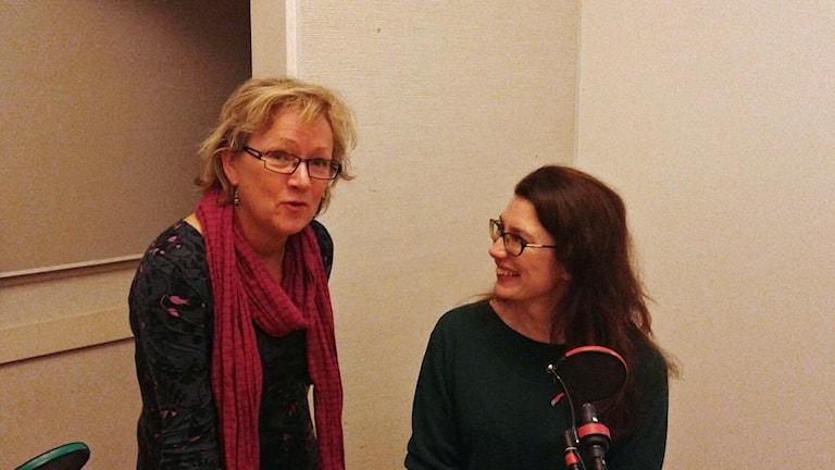 Anna Hernek, programledare och Linda Zachrison, nytt Kulturråd i Washington. De är i studion. Foto: Lena Wiktorin/Sveriges Radio