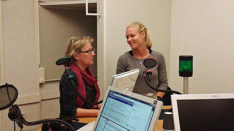 Anna Hernek, programledare och Elin Ekblom Bak,  forskare i fysiologi vid Gymnastik och Idrottshögskolan i Stockholm. De står i studion. Foto: Lena Wiktorin/Sveriges Radio