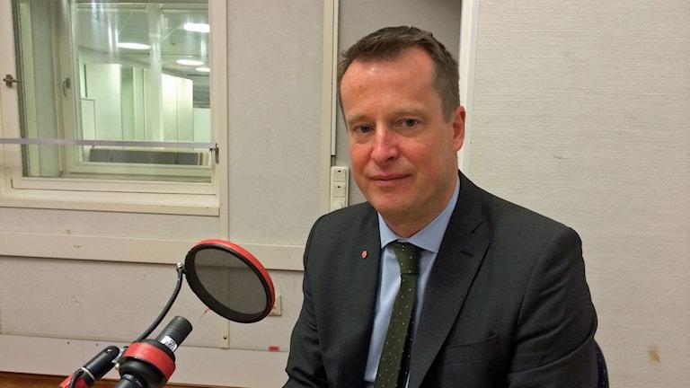 Anders Ygeman, inrikesminister, i studion. Han sitter framför mikrofonen. Foto: Maria Ridderstedt/Sveriges Radio