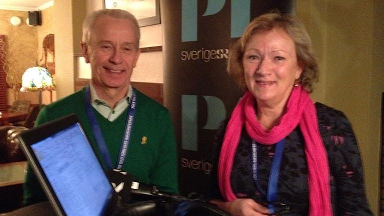 Överbefälhavare Sverker Göransson tillsammans med Sveriges Radios Anna Hernek. Foto: Magnus Thorén/Sveriges Radio.