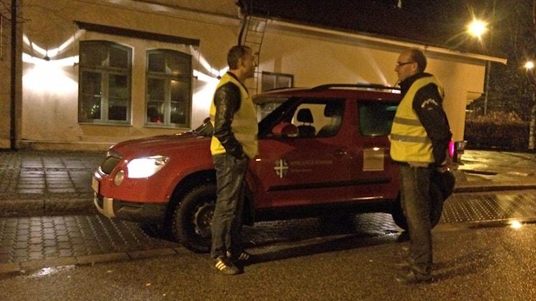 Dan och Björn Bengtsson från Eggvena Equmeniaförsamling såg det som självklart att ställa upp och nattpatrullera i kommunen. Foto: Joel Wendle/Sveriges Radio.