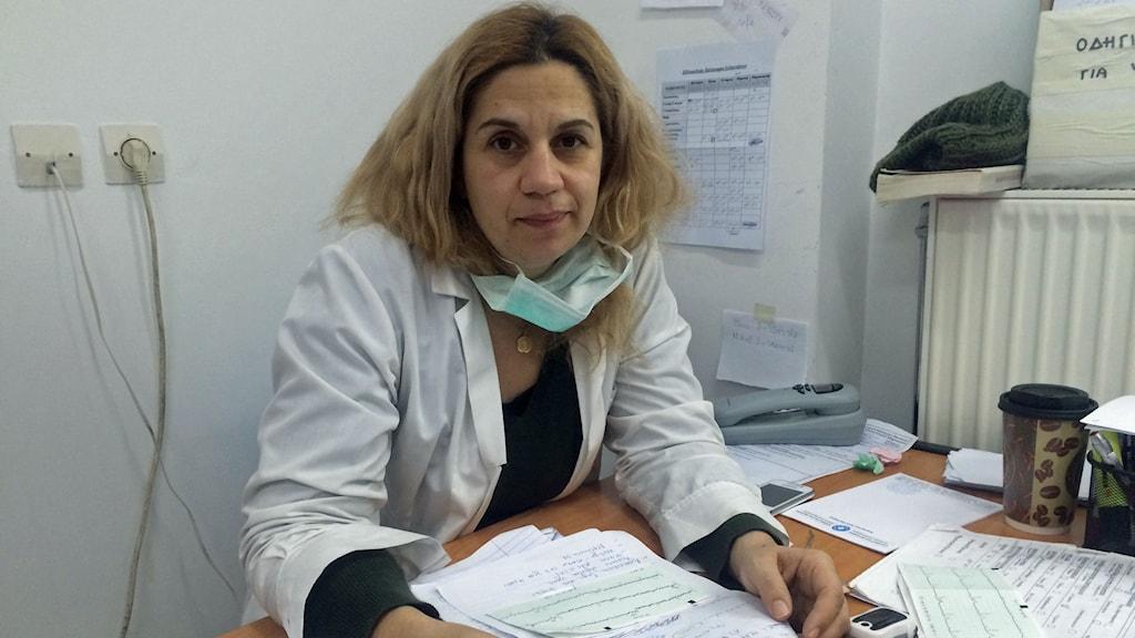 Läkaren Eumorfia  Markopoulou började jobba ideellt för Läkare i världen i Aten för att hjälpa flyktingar från bland annat Mellanöstern. Nu får hon också hjälpa många av sina landsmän som inte längre har råd med den vanliga vården. Foto: Johanna Melén/Sveriges Radio.