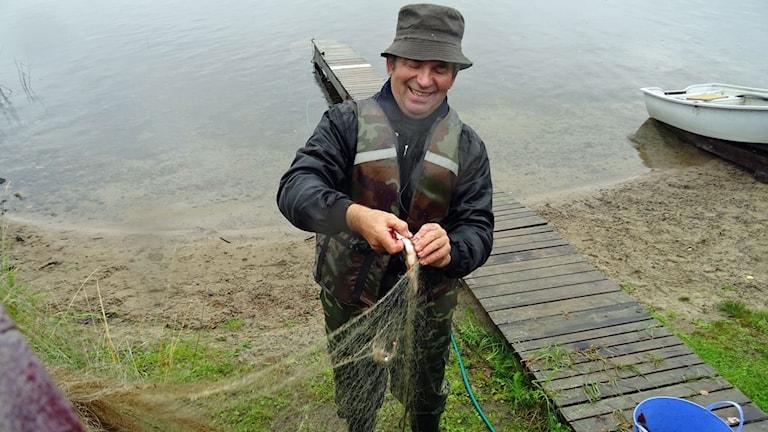 65 årige Vladimir Gusev får mest småfisk i näten på höstkanten.