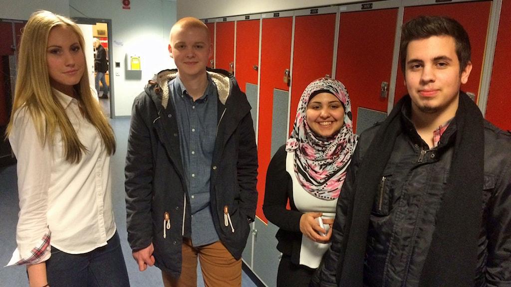 Gymnasieeleverna Julia Åkesson, Tobias Rosqvist, Zainat Zarakit och Roy Karlsson har alla något att säga om jämställdhet. Foto: Sveriges Radio.