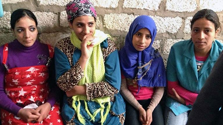 fyra egyptiska kvinnor på rad
