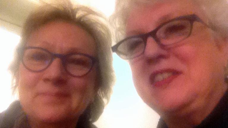 P1-morgons Anna Hernek tar en selfie tilsammans med Margareta Gynning, genusforskare och indendent vid Nationalmuseum.