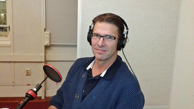 Ulf Hedin, professor vid kärlkirurgiska kliniken, Karolinska Universitetssjukhuset. Han sitter i studion. Foto: Lena Wiktorin/Sveriges Radio