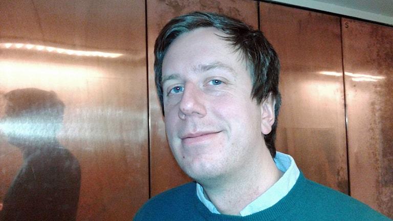 Eric Schüldt, kulturjournalist. Näribld. Han har en grön tröja på sig, Foto: Lena Wiktorin/Sveriges Radio
