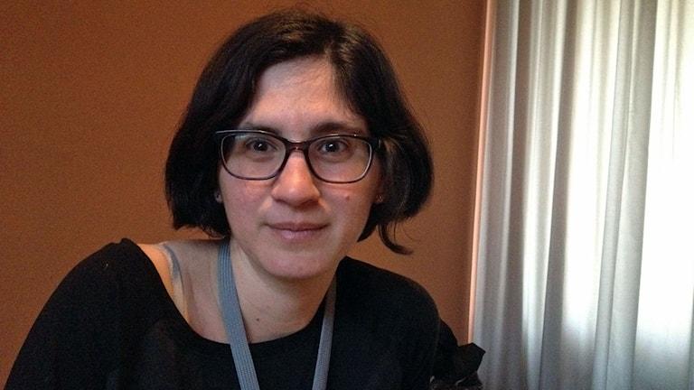 mörkhårig kvinna med glasögon israelisk regissör
