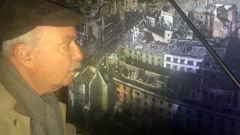 man tittar på bild över Dresden